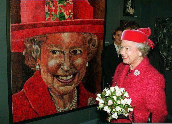Królowa Elżbieta II i jej portret autorstwa brytyjskiego artysty Petera Hawkinsa - Sputnik Polska