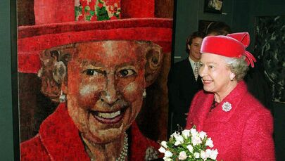 Królowa Elżbieta II i jej portret autorstwa brytyjskiego artysty Petera Hawkinsa