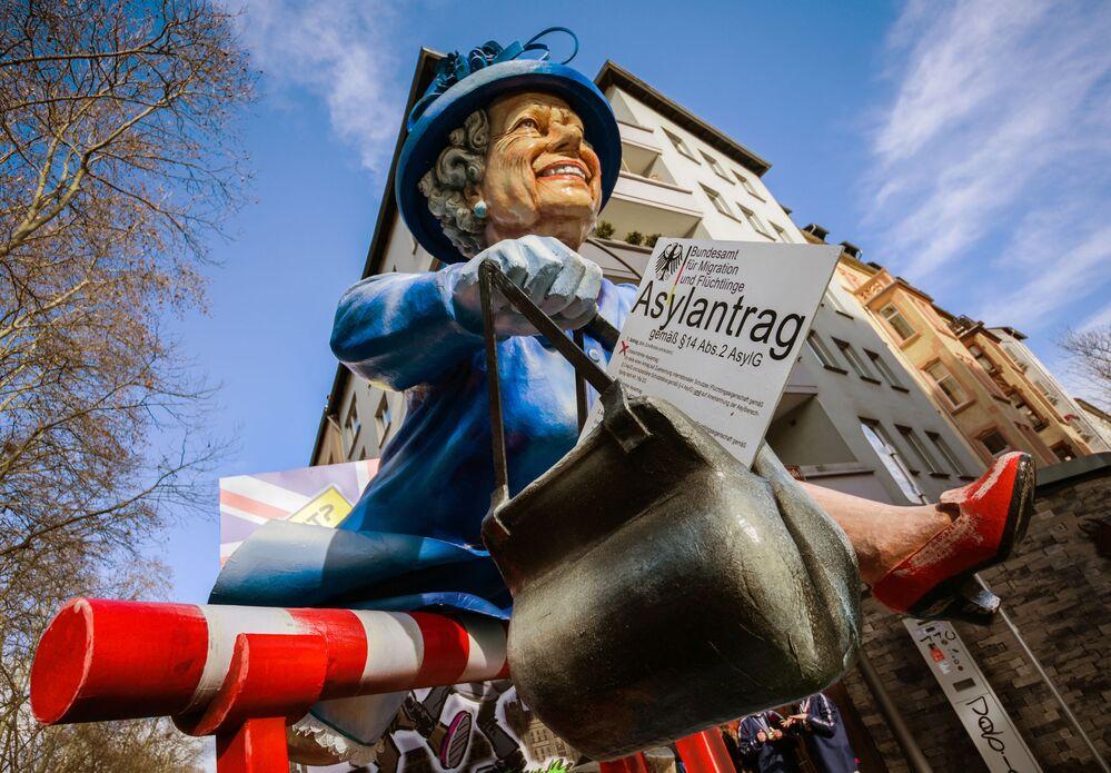 Lalka królowej Elżbiety II na ulicznym karnawale w zachodnich Niemczech