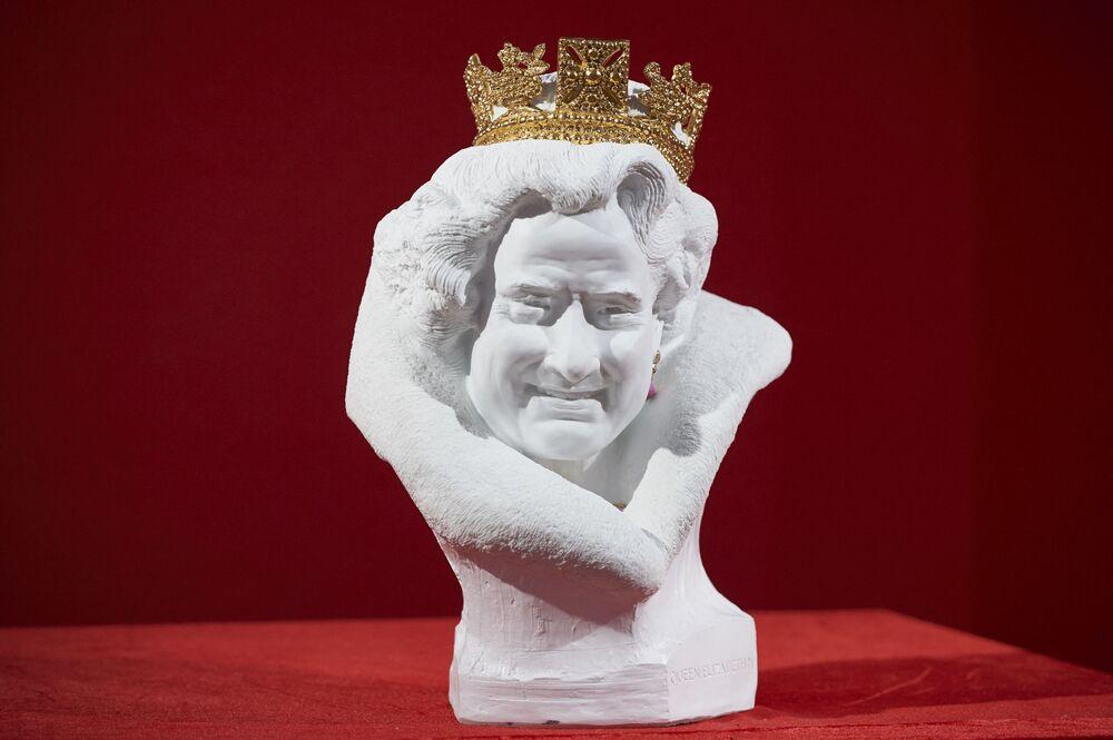 Popiersie brytyjskiej królowej Elżbiety II z chińskiej białej porcelany autorstwa chińskiego artysty Chen Dapeng
