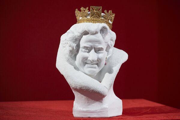 Popiersie brytyjskiej królowej Elżbiety II z chińskiej białej porcelany autorstwa chińskiego artysty Chen Dapeng - Sputnik Polska
