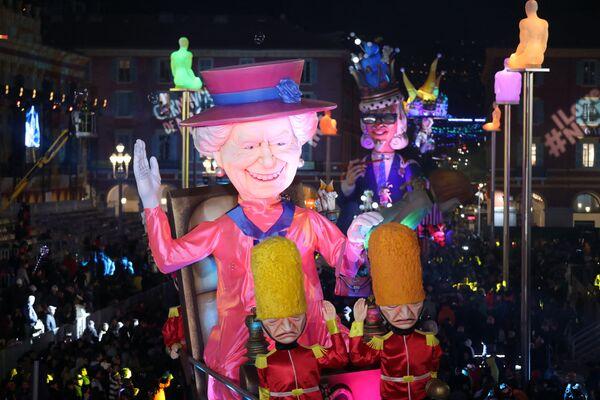 Gigantyczna postać przedstawiająca królową Elżbietę II podczas karnawału w Nicei we Francji - Sputnik Polska