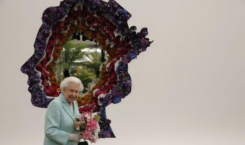 Królowa Wielkiej Brytanii Elżbieta II obok portretu podczas wystawy kwiatowej w Chelsea