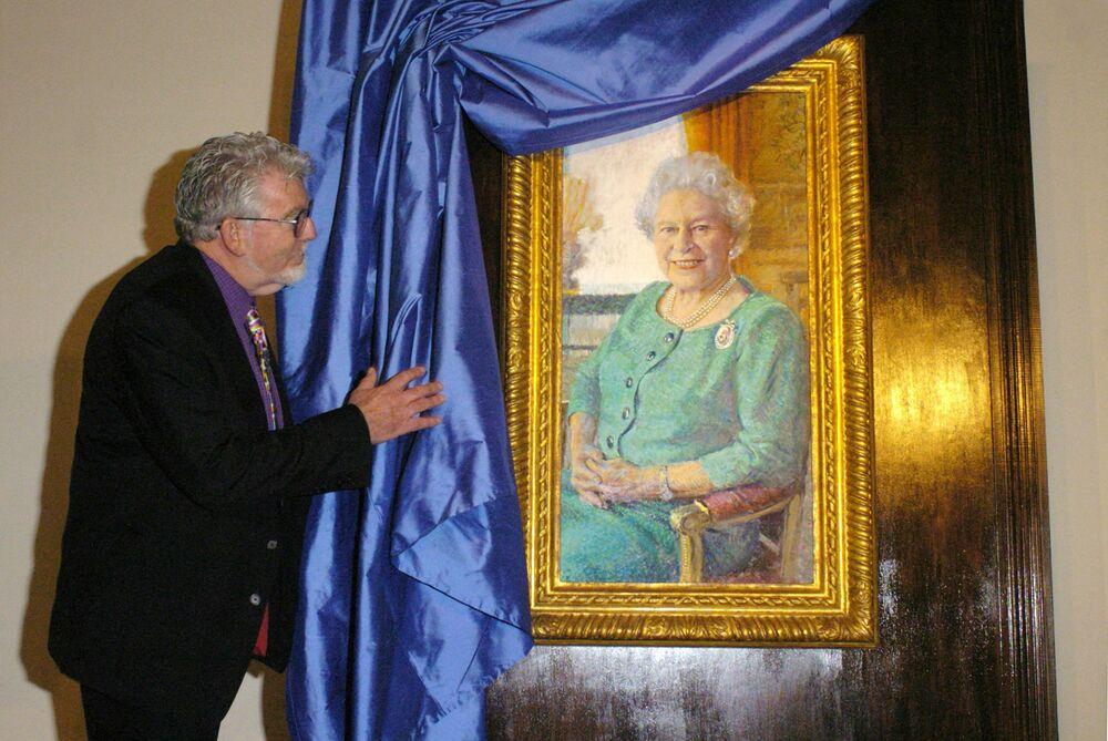 Australijski artysta Rolf Harris przedstawia portret brytyjskiej królowej Elżbiety II w Pałacu Buckingham w Londynie