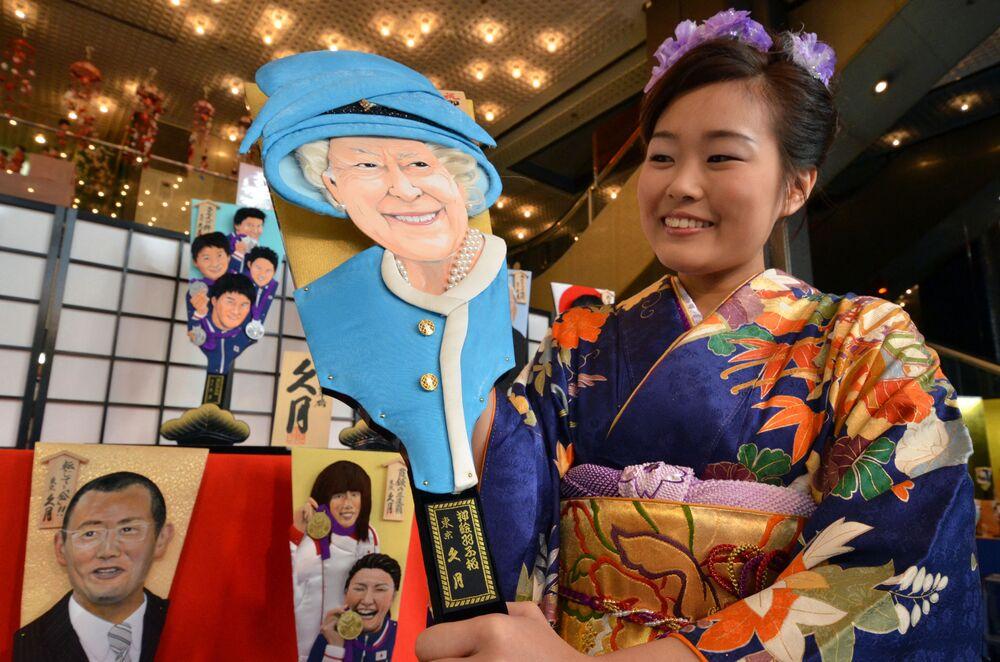 Drewniana rakieta przedstawiająca królową Wielkiej Brytanii Elżbietę II w salonie Kyugetsu w Tokio w Japonii