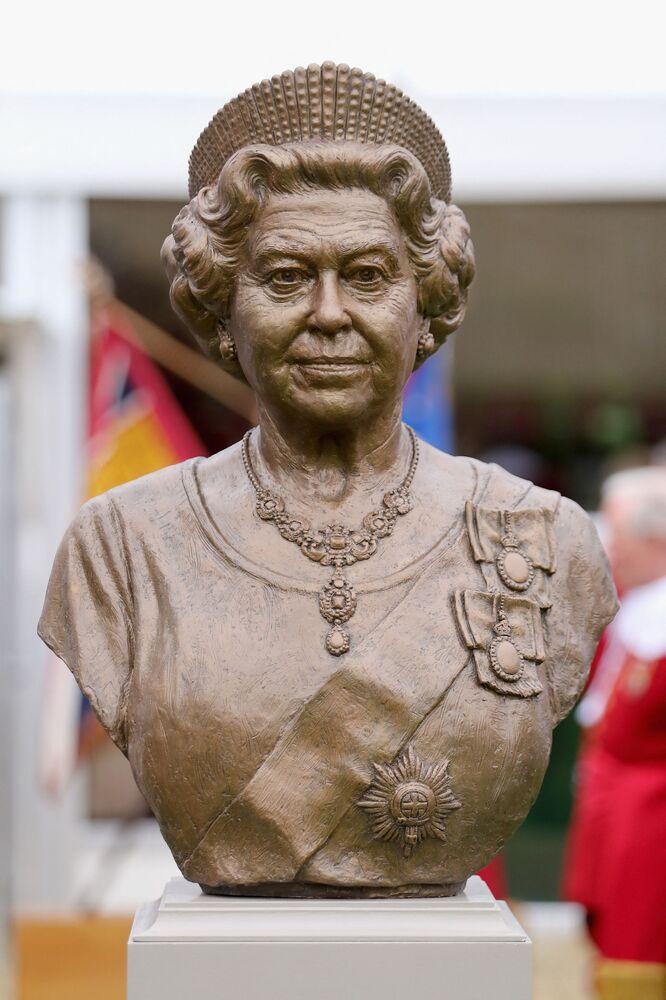 Brązowe popiersie królowej Wielkiej Brytanii Elżbiety II