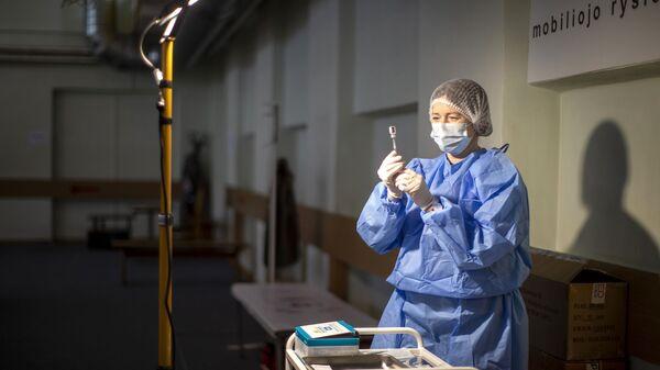 Litewski pracownik medyczny przygotowuje szczepionkę przeciwko koronawirusowi - Sputnik Polska