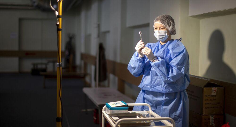 Litewski pracownik medyczny przygotowuje szczepionkę przeciwko koronawirusowi