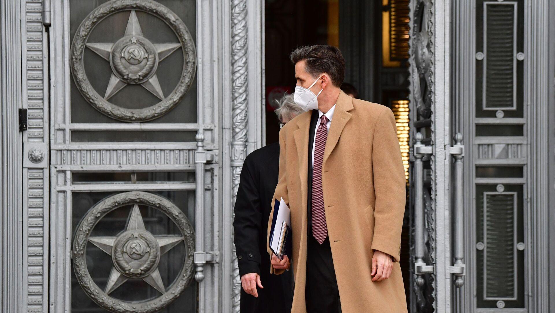 Bart Gorman, zastępca szefa ambasady USA w Moskwie, wychodzi z budynku Ministerstwa Spraw Zagranicznych w Moskwie - Sputnik Polska, 1920, 21.04.2021