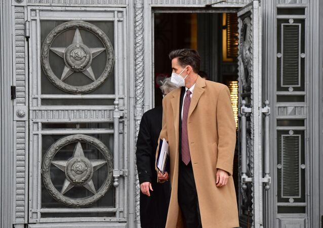 Bart Gorman, zastępca szefa ambasady USA w Moskwie, wychodzi z budynku Ministerstwa Spraw Zagranicznych w Moskwie