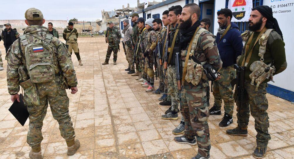 Rosyjskie wojsko prowadzi lekcję dla syryjskich żołnierzy i milicji w jednym z obozów szkoleniowych w Syri