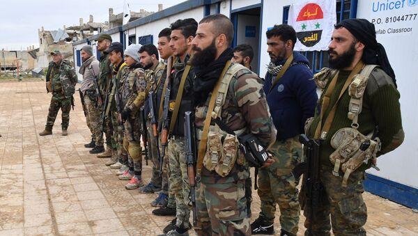 Rosyjskie wojsko prowadzi lekcję dla syryjskich żołnierzy i milicji w jednym z obozów szkoleniowych w Syrii - Sputnik Polska