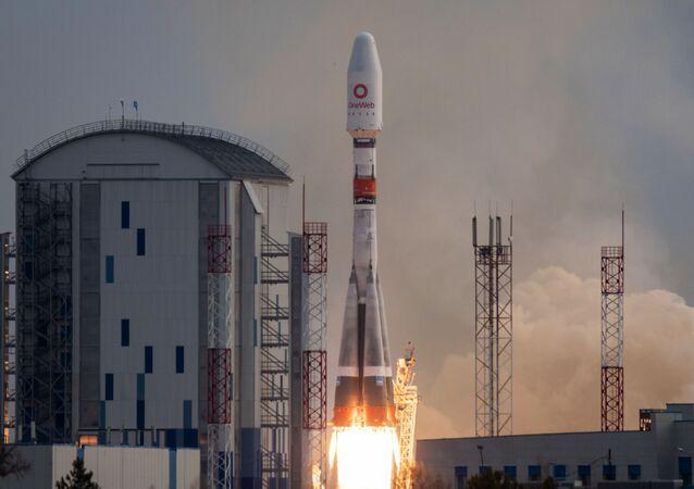 Start rakiety nośnej Sojuz-2 z 36 brytyjskimi satelitami komunikacyjnymi z kosmodromu Wostocznyj.