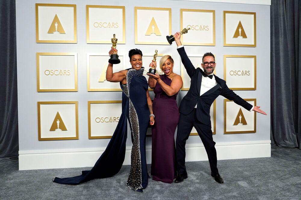 Stylistka Mia Neal, fryzjerka Jamica Wilson i wizażysta Sergio Lopez-Rivera na 93. ceremonii rozdania Oscarów w Los Angeles