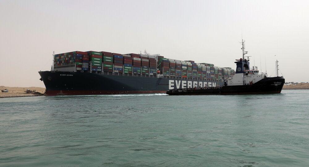 Kontenerowiec Ever Given na Kanale Sueskim.