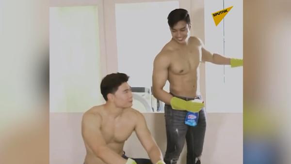 Młodzi mężczyźni topless sprzątają w domach  - Sputnik Polska