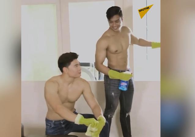 Młodzi mężczyźni topless sprzątają w domach