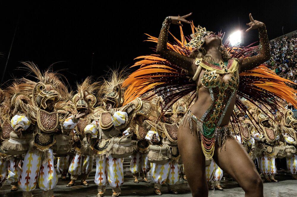 Grupa ze szkoły samby Unidos da Tijuca występuje w pierwszą noc parady karnawałowej w Sambadrome w Rio de Janeiro w Brazylii