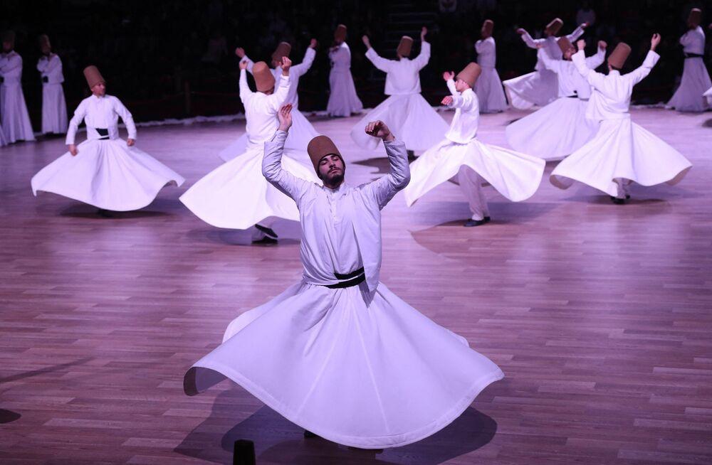 Derwisze wykonują hipnotyzujący rytuał sufi 19 grudnia 2017 roku
