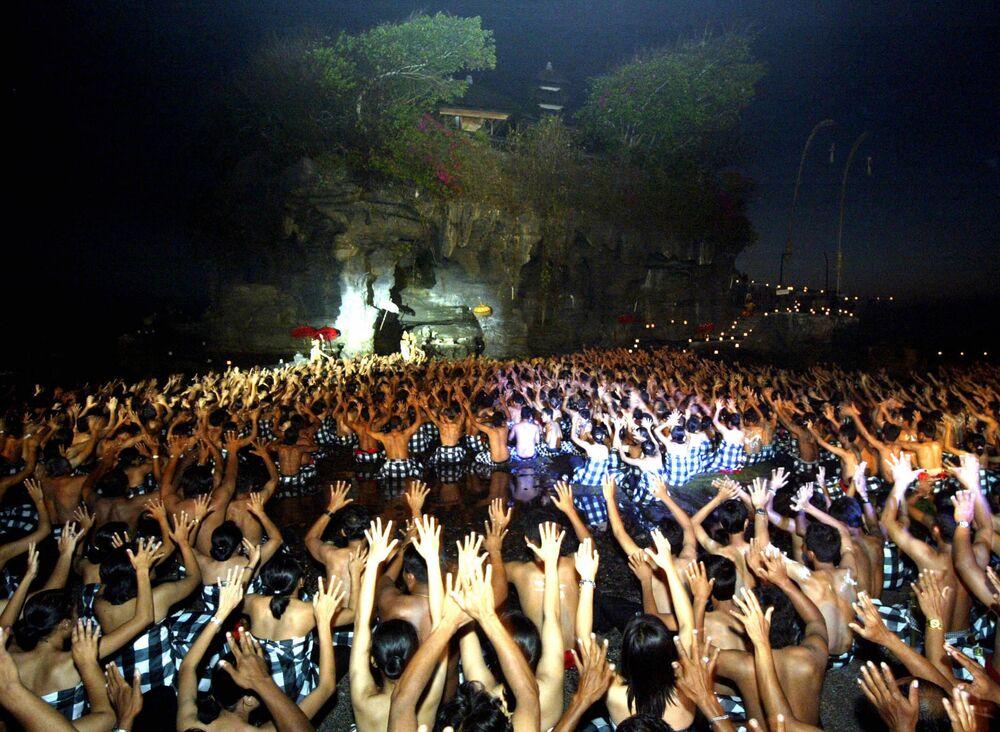 Balijczycy wykonują spektakularny taniec Kecak w Tanah Lot na Bali 29 września 2006 roku