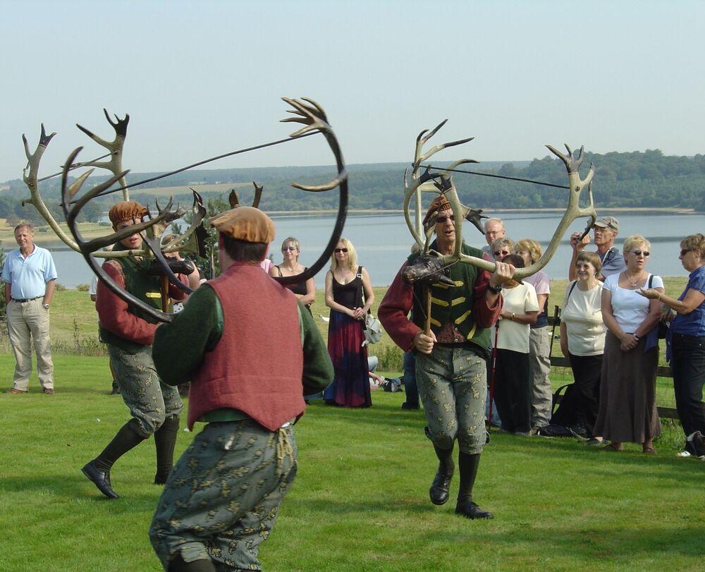 """""""Abbots Bromley Horn Dance"""" to angielski taniec ludowy, którego początki sięgają średniowiecza. Taniec odbywa się corocznie w Abbots Bromley, w Staffordshire w Anglii"""