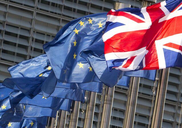 Flagi UE i Wielkiej Brytanii.