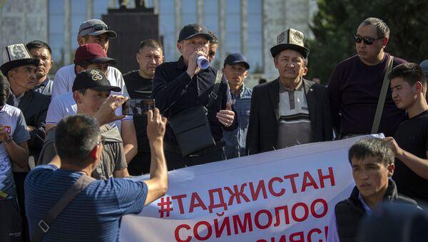 Uczestnicy wiecu przed Domem Rządu Kirgistanu w Biszkeku domagający się uspokojenia sytuacji na granicy z Tadżykistanem. - Sputnik Polska