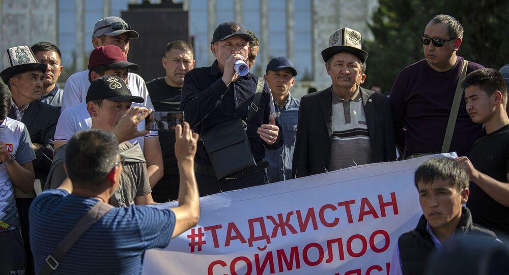 Uczestnicy wiecu przed Domem Rządu Kirgistanu w Biszkeku domagający się uspokojenia sytuacji na granicy z Tadżykistanem.