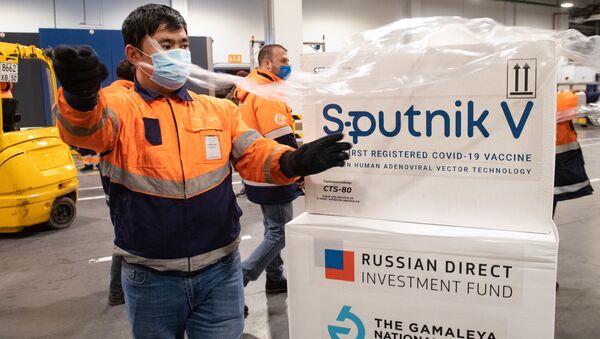 Dostawa szczepionki Sputnik V do terminalu Moscow Cargo na lotnisku Szeremietiewo. - Sputnik Polska