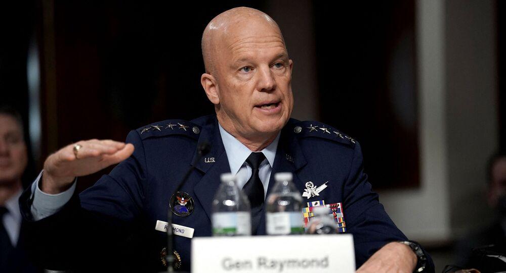Szef operacji kosmicznych USA, generał John Raymond.