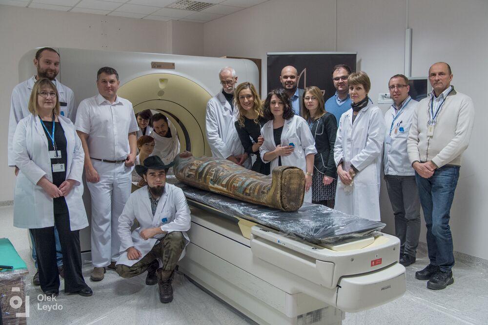 Badania radiologiczne starożytnej mumii w Warszawie wykazały, że jest to ciało kobiety w ciąży