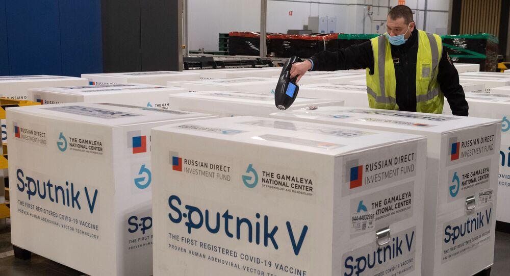 Dostawa szczepionki Sputnik V do terminalu Moscow Cargo na lotnisku Szeremietiewo.