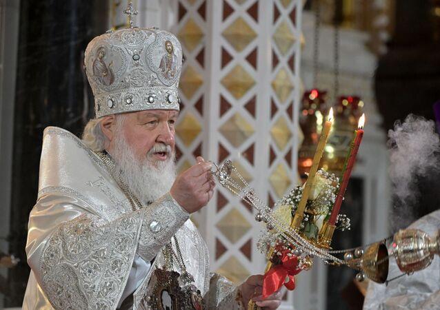 Rosyjski prawosławny patriarcha Cyryl służy podczas nabożeństwa wielkanocnego w katedrze Chrystusa Zbawiciela w centrum Moskwy w Rosji.