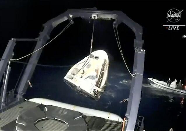 Amerykański statek kosmiczny Crew Dragon po powrocie na Ziemię
