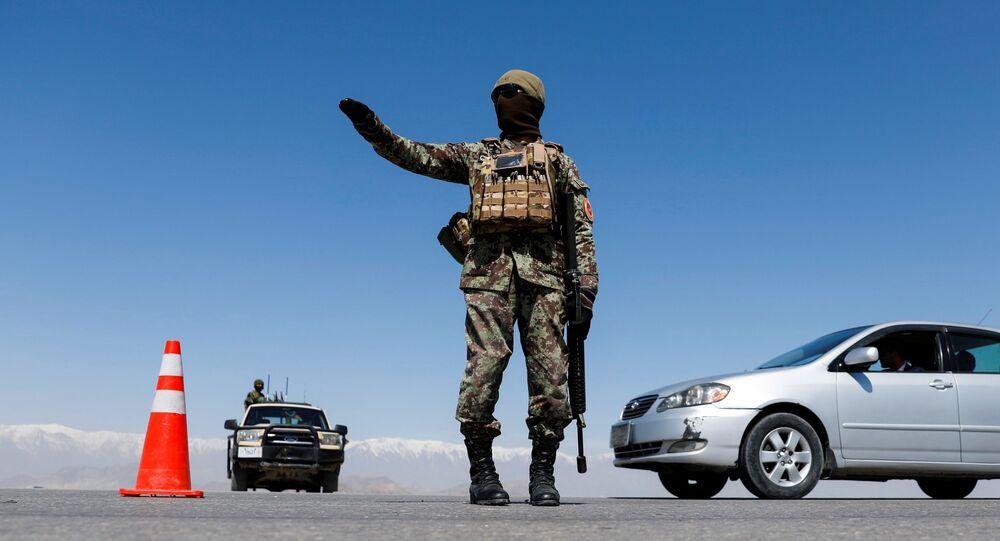 Żołnierz Afgańskiej Armii Narodowej strzegący punktu kontrolnego.