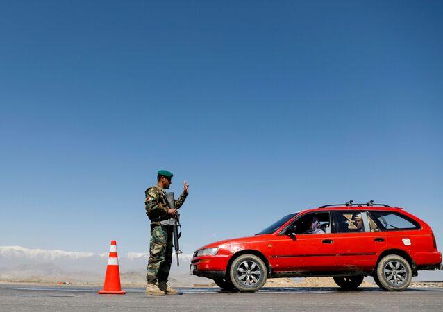Żołnierz Afgańskiej Armii Narodowej na punkcie kontrolnym. Zdjęcie archiwalne.