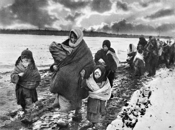 Kobiety i dzieci wracają do domu, 1943 rok - Sputnik Polska