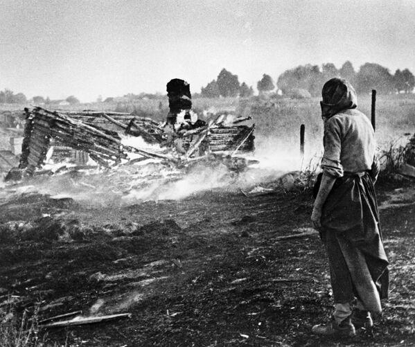 Spalona białoruska wieś, 1944 rok - Sputnik Polska