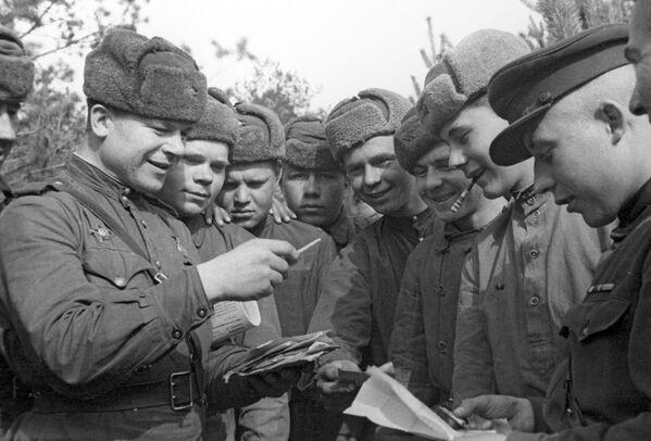 Radzieccy żołnierze czytają korespondencję, 1944 rok - Sputnik Polska