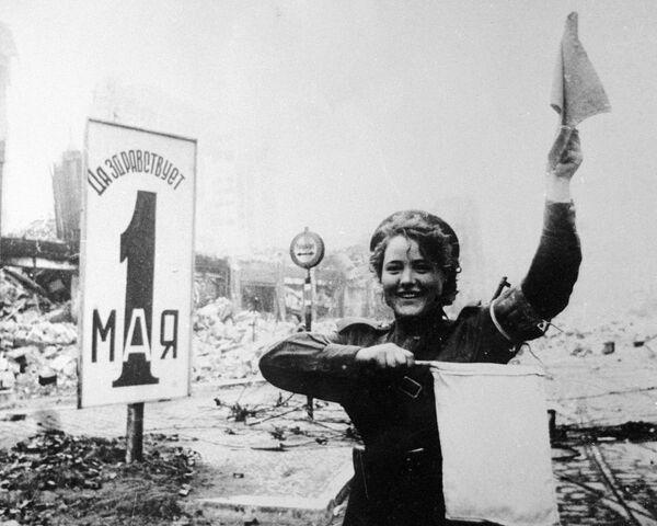 Regulująca ruchem Maria Szalniowa na Alexanderplatz w Berlinie, 1945 rok - Sputnik Polska