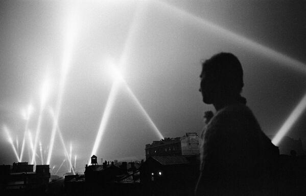 Reflektory przeciwlotnicze w niebie nad Moskwą, 1941 rok - Sputnik Polska