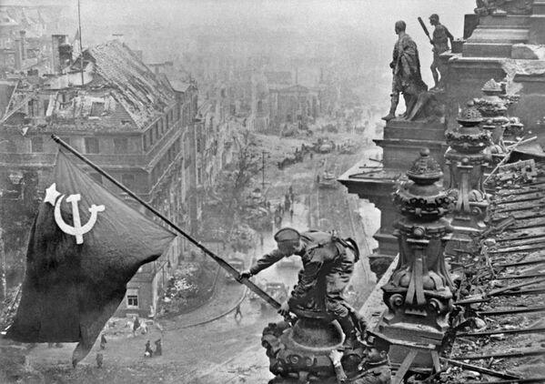Sztandar Zwycięstwa na Reichstagu, 1945 rok - Sputnik Polska