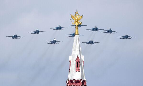 """""""Skrzydło taktyczne"""" z myśliwców Su-30SM, Su-35S i bombowców Su-34 podczas próby części powietrznej Parady Zwycięstwa w Moskwie - Sputnik Polska"""