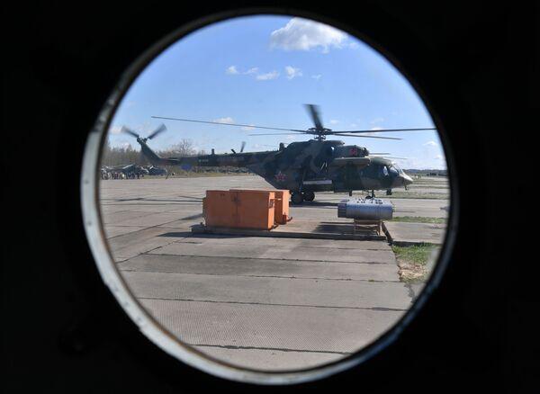 Śmigłowiec wielofunkcyjny Mi-8 przed rozpoczęciem próby części powietrznej Parady Zwycięstwa w Moskwie - Sputnik Polska