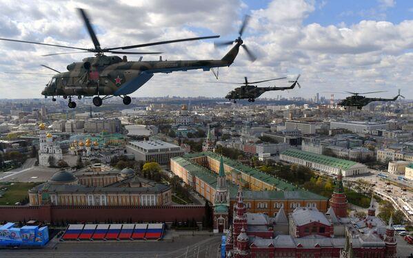 Śmigłowce Mi-8 AMTSh podczas próby części powietrznej Parady Zwycięstwa w Moskwie - Sputnik Polska