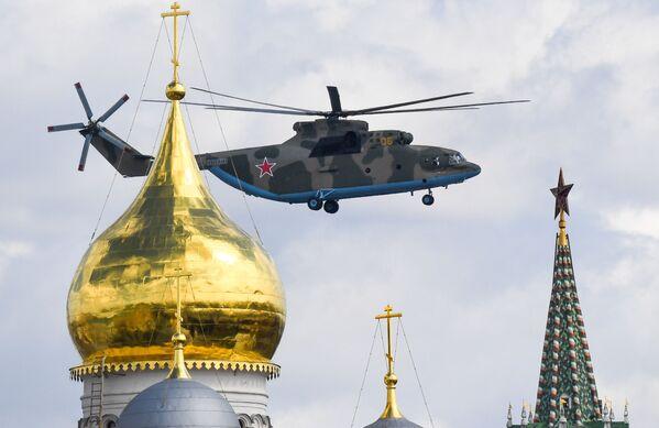 Ciężki śmigłowiec Mi-26 na niebie podczas próby części powietrznej Parady Zwycięstwa w Moskwie - Sputnik Polska