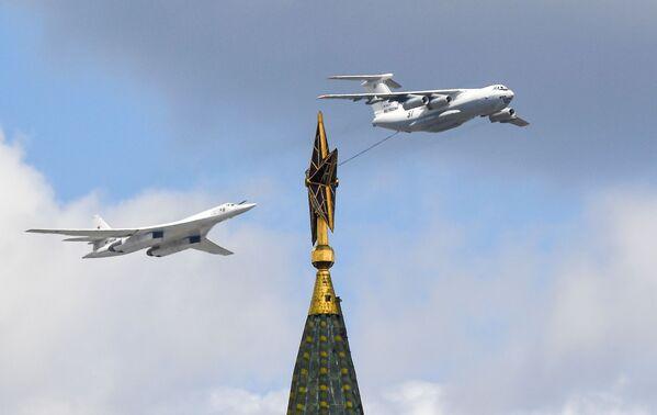 Tankowiec Ił-78 i strategiczny lotniskowiec bombowo-rakietowy Tu-160 na niebie podczas próby części powietrznej Parady Zwycięstwa w Moskwie - Sputnik Polska