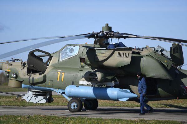 Technicy dokonują przeglądu wyposażenia śmigłowca szturmowego Mi-28N  - Sputnik Polska