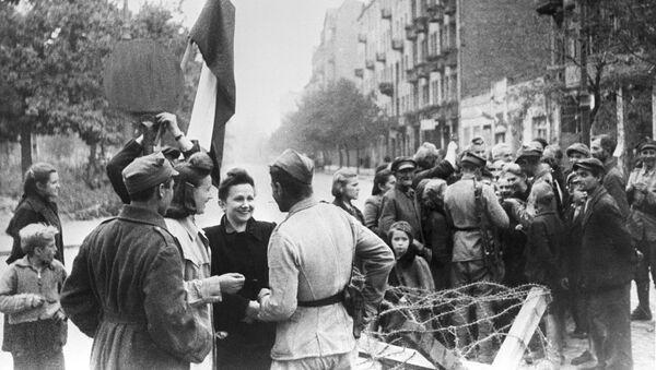Mieszkańcy Warszawy i czerwonoarmiści, 1945 r. - Sputnik Polska