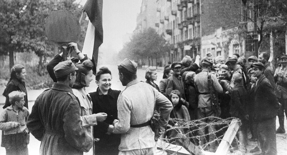 Mieszkańcy Warszawy i czerwonoarmiści, 1945 r.